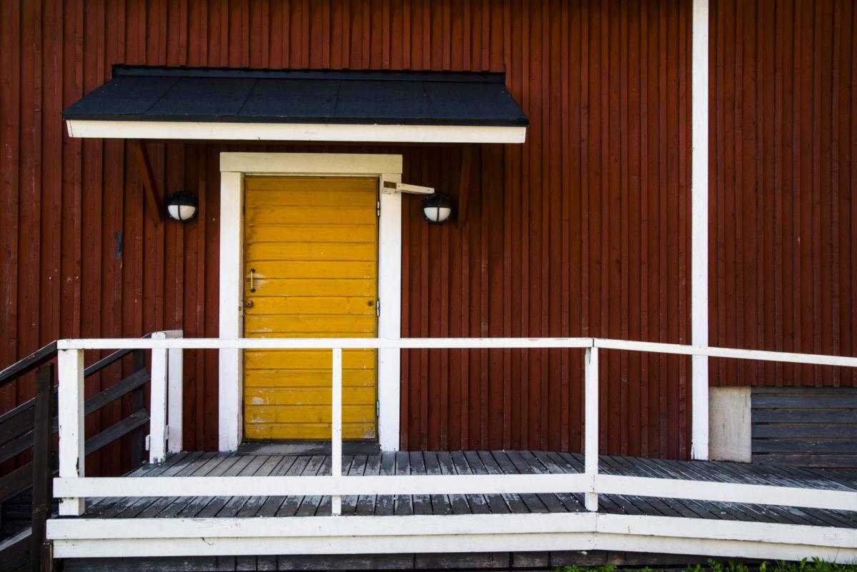 коричневые стены белая дверь